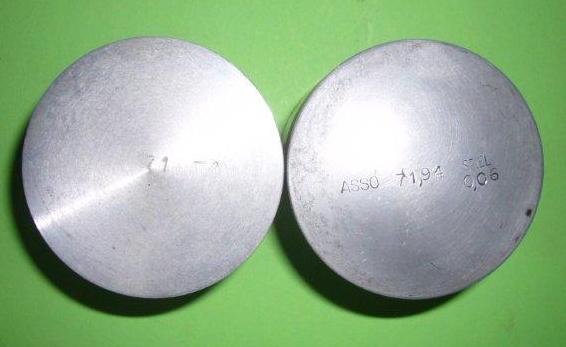 """Links """"Meteor"""" Kolben mit fertigem Schleifmaß - rechts """"Asso"""" Kolben mit Einbauspiel Angaben"""